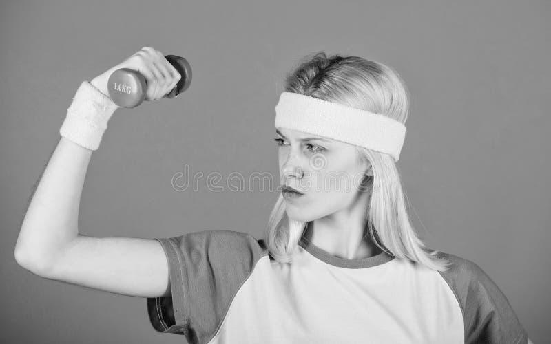 Exercices de biceps pour des femmes avec le guide ?tape-par-?tape Les halt?res de prise de fille portent des bracelets Concept de images libres de droits
