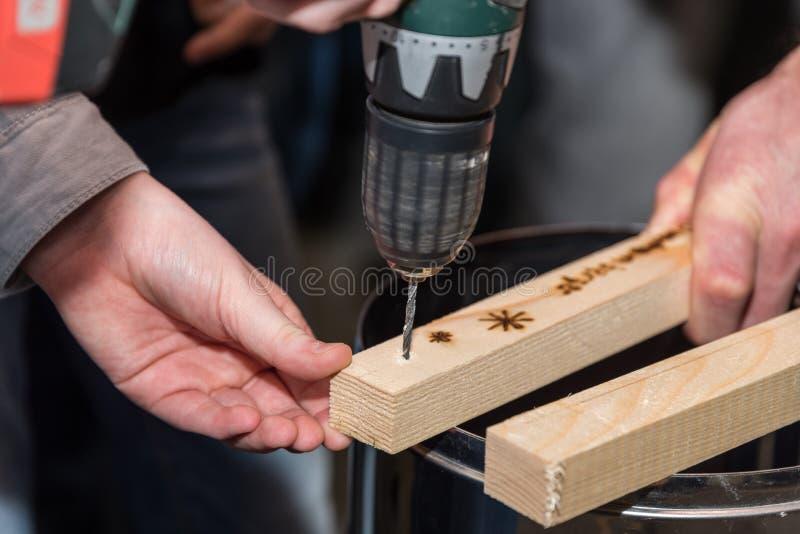 Exercices de charpentier avec le foret sans fil images stock
