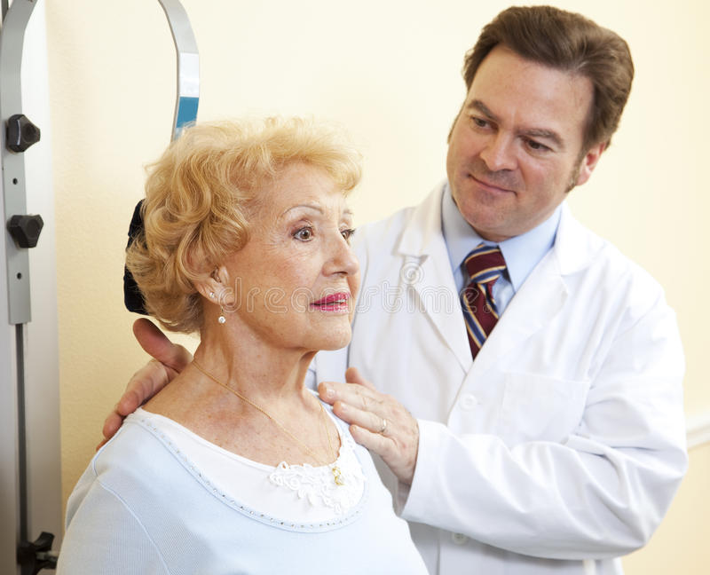 Exercices de cou aînés de femme photo stock