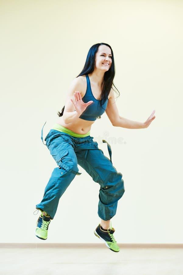 Exercices De Forme Physique De Danse De Zumba Image stock ...