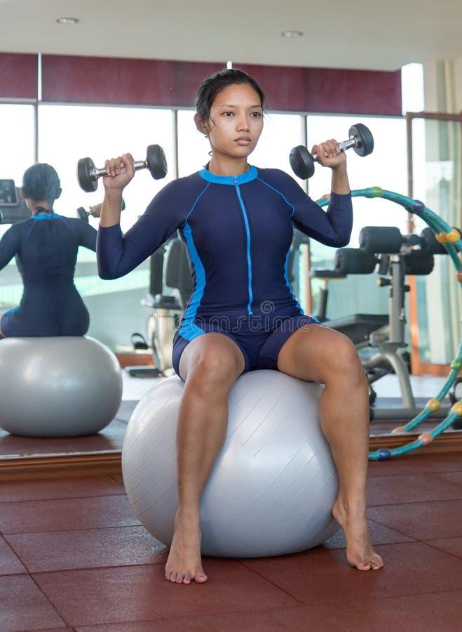 Exercices de femme avec des haltères images stock