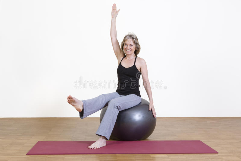 Exercices de femme avec la boule de pilates photos stock