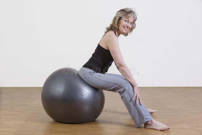 Exercices de femme avec la boule de pilates images libres de droits