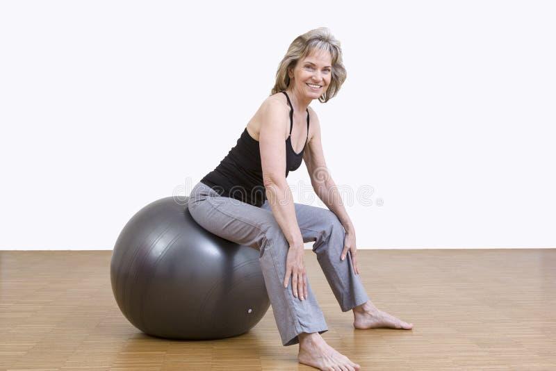 Exercices de femme avec la boule de pilates photo libre de droits