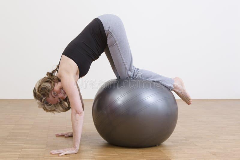 Exercices de femme avec la boule de pilates photographie stock libre de droits