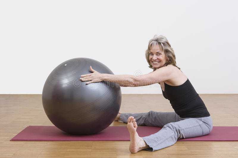 Exercices de femme avec la boule de pilates photo libre de droits
