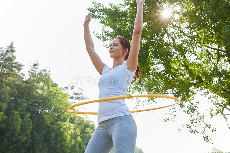 Exercices de femme avec le cercle photo libre de droits