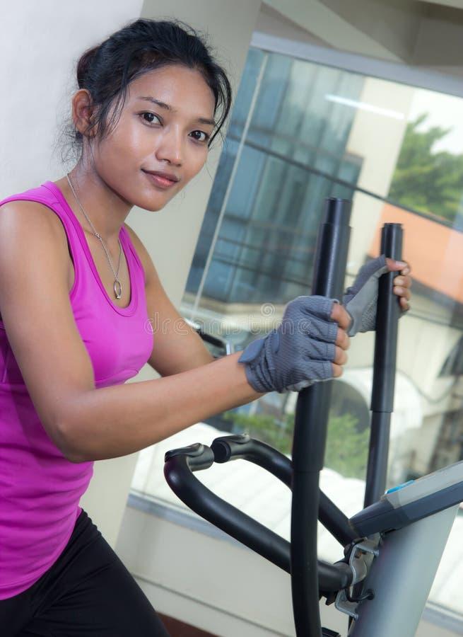 Exercices de femme dans un gymnase image stock