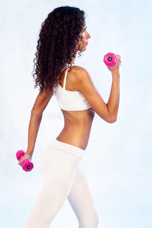 Exercices de forme physique avec des poids photographie stock