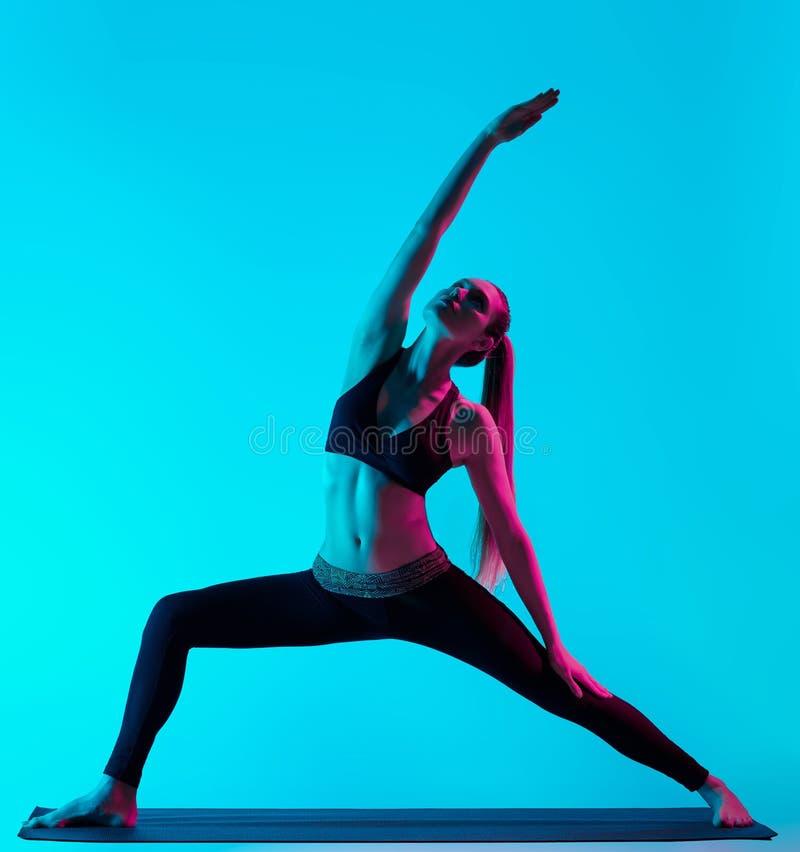 Exercices de la yoga de la mujer imagenes de archivo