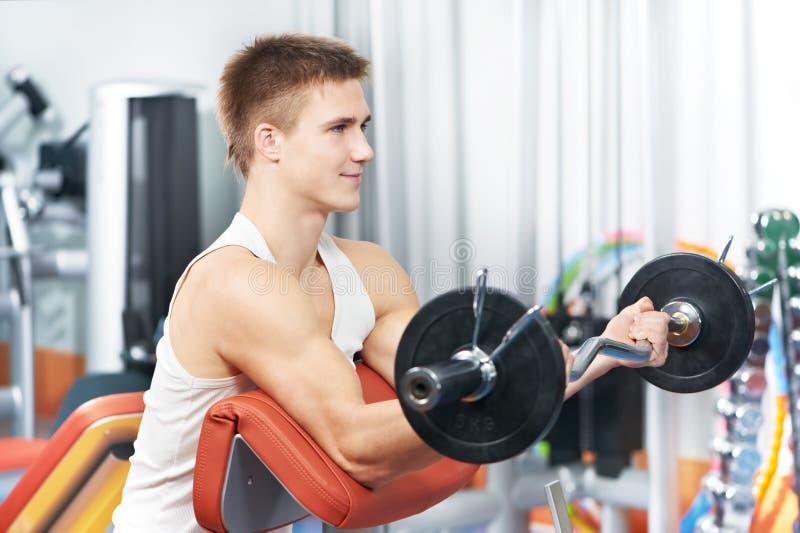 Exercices de muscle de biceps de séance d'entraînement d'homme de Bodybuilder image stock