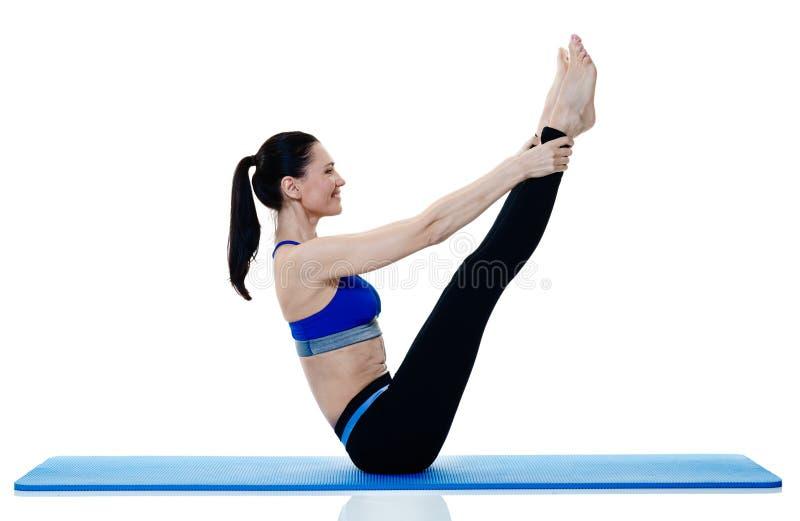 Exercices de pilates de forme physique de femme d'isolement photos libres de droits