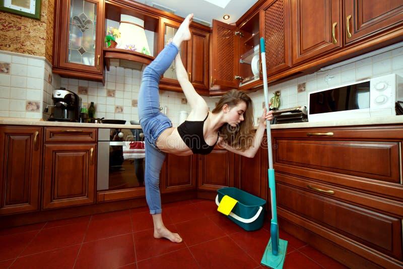 Exercices de sports pendant le nettoyage de maison images stock