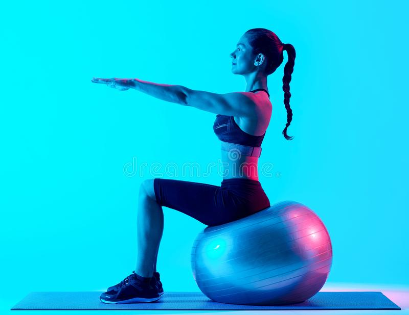 Exercices exercsing de pilates de forme physique de femme image stock