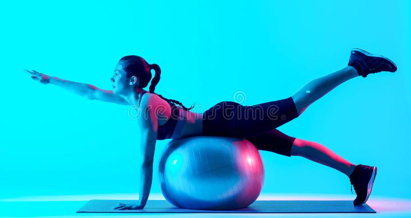 Exercices exercsing de pilates de forme physique de femme d'isolement images libres de droits