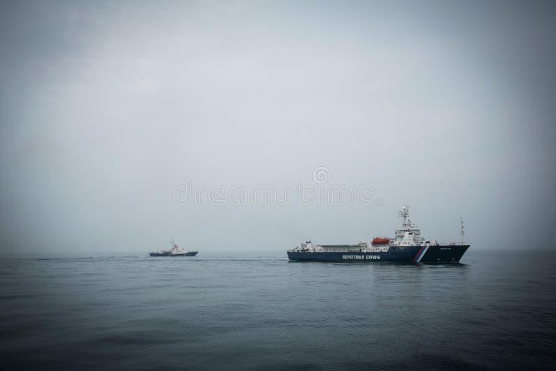 Exercices militaires des bateaux du service de frontière de la Russie pour libérer le navire capturé photographie stock