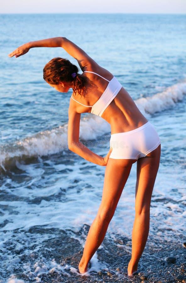 Exercices physiques sur la plage. photo libre de droits