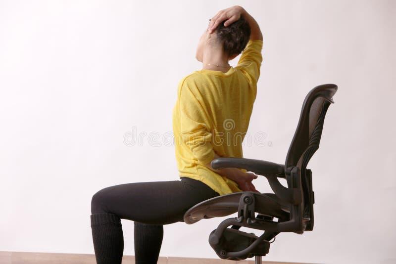Exercices pratiques de femme d'affaires sur le lieu de travail photographie stock libre de droits