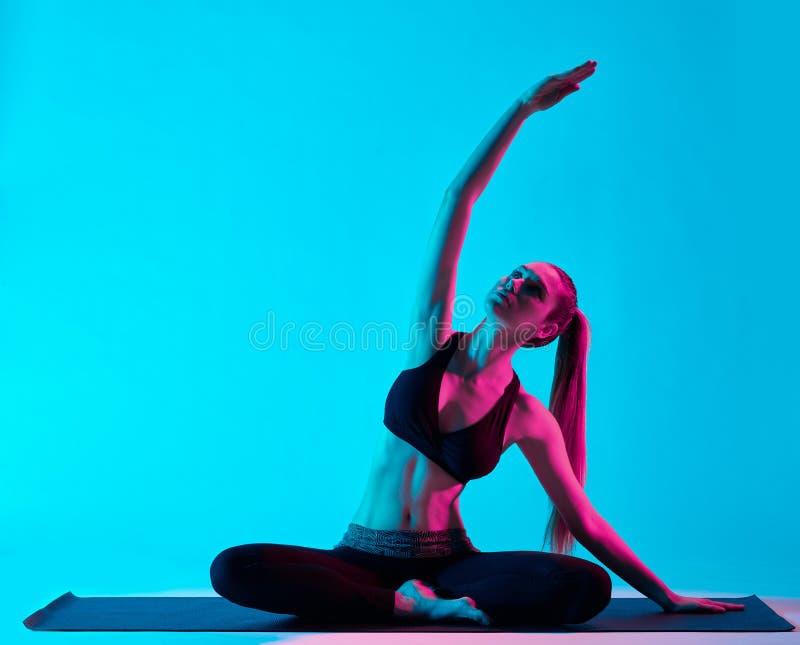 Exercices van de vrouwenyoga stock foto's