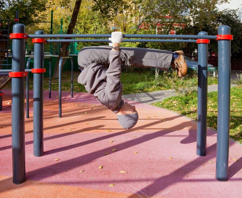 Exercisis de la yoga al aire libre fotografía de archivo