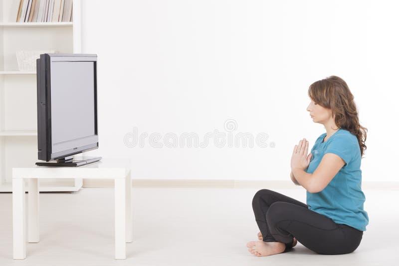 Exercisng da mulher em casa fotografia de stock