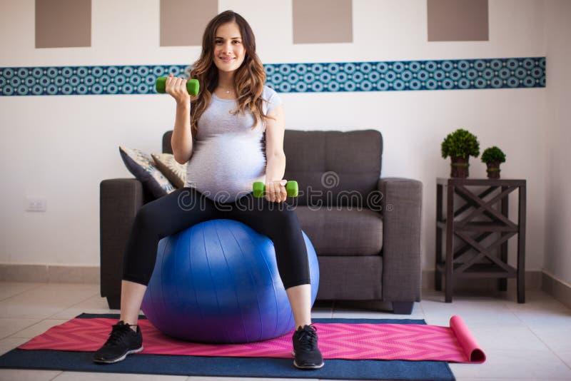 Exercitando e esperando um bebê foto de stock royalty free