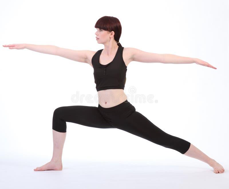 Exercitando o pose Virabhadrasana do guerreiro dois da ioga fotos de stock