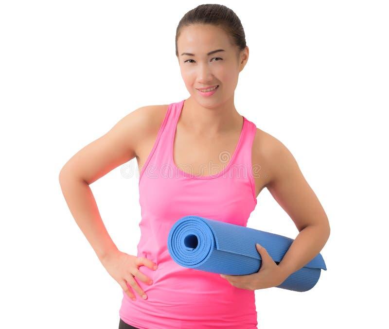 Exercite a mulher da aptidão pronta para o exercício que está guardando a ioga m fotografia de stock