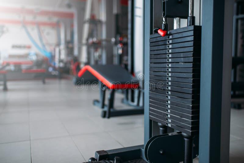 Exersice lavora il primo piano a macchina, attrezzatura di sport in palestra immagini stock
