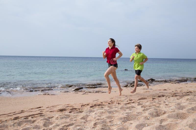 2 дет бежать совместно на exersises утра стоковое фото