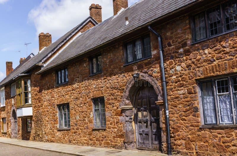 exeter 2 de junho de 2018 Casas bonitas, medievais em torno do quadrado perto da catedral de Exeter Devon, Inglaterra ocidental s imagem de stock royalty free