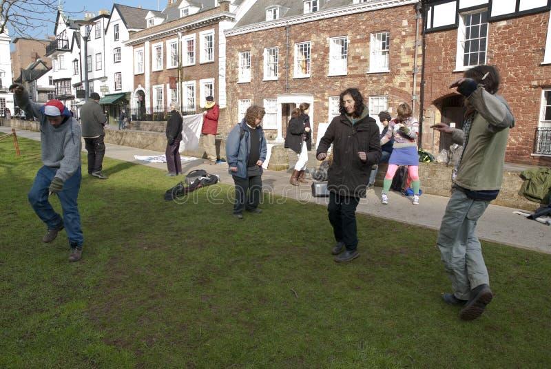 Exeter ocupa activistas dança no verde da catedral foto de stock royalty free