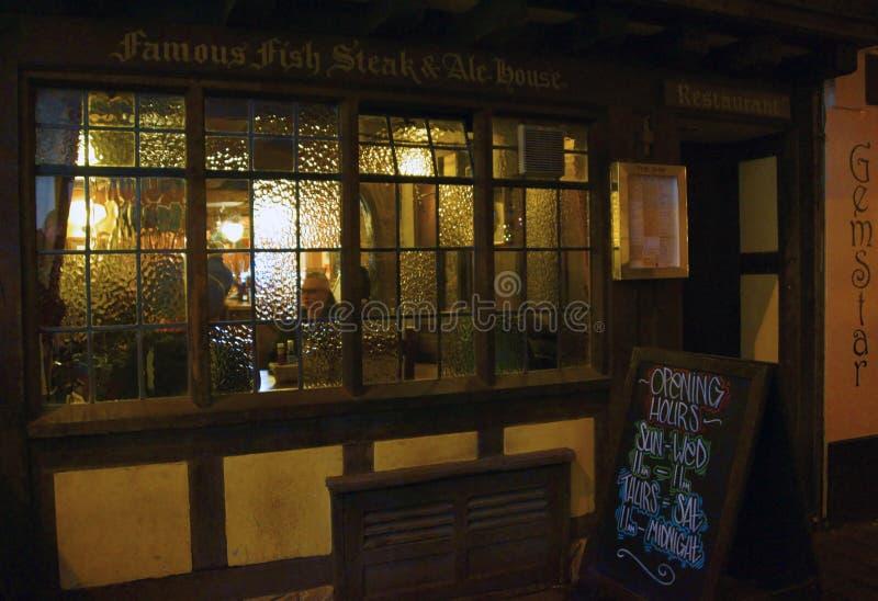 Exeter pub med kunden i vinter fotografering för bildbyråer