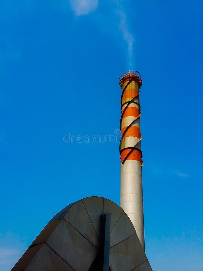 Exhalez le ciel bleu de couleur rouge et blanche de pile photo libre de droits
