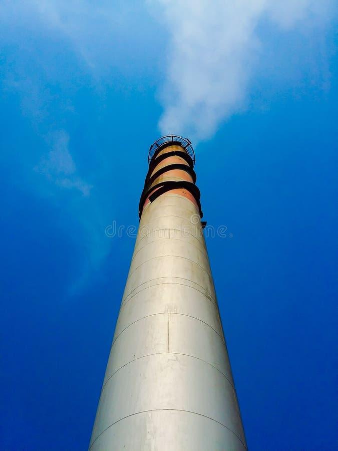 Exhalez le ciel bleu de couleur rouge et blanche de pile photographie stock libre de droits
