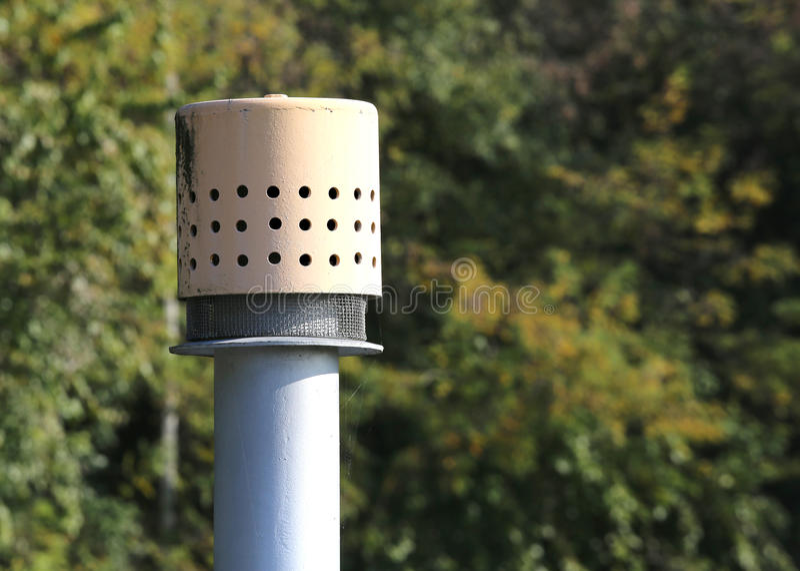 exhalez le tuyau au-dessus du cylindre pour le stockage du gaz naturel images stock