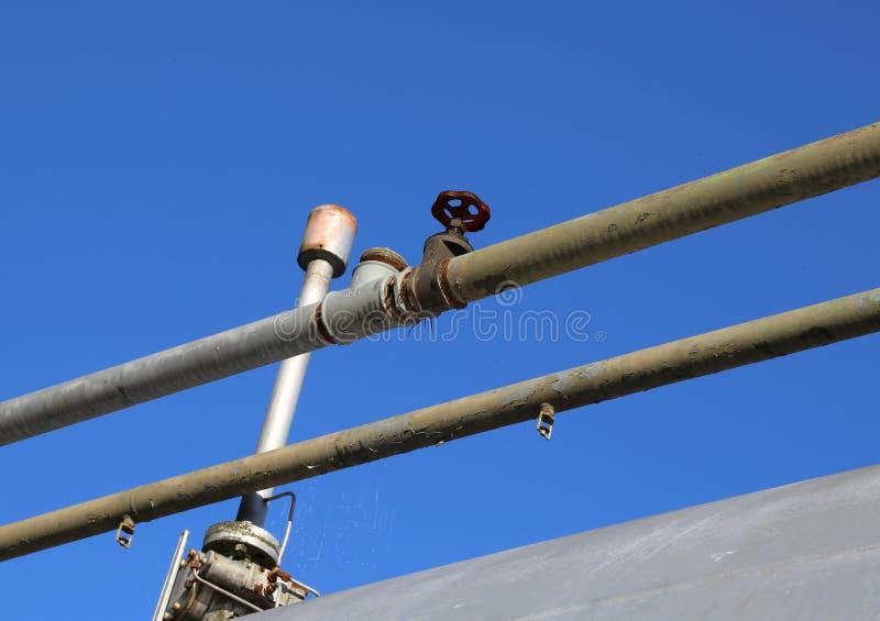 exhalez le tuyau au-dessus du grand cylindre pour le stockage de GA naturel photographie stock libre de droits