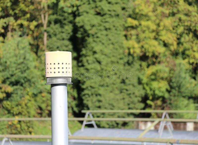 exhalez le tuyau au-dessus du grand cylindre pour le stockage du gaz dans images stock