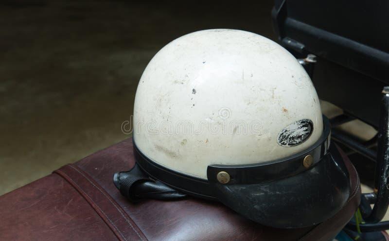 Exhibición blanca del casco de la moto en una bici del motor foto de archivo libre de regalías