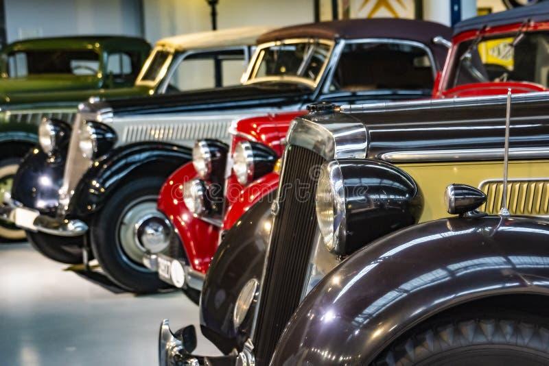 Exhibición clásicos coloridos aparcamiento uno al lado del otro fotos de archivo