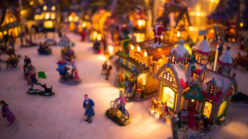 Exhibición colorida de la noche de la ciudad de la Navidad fotos de archivo
