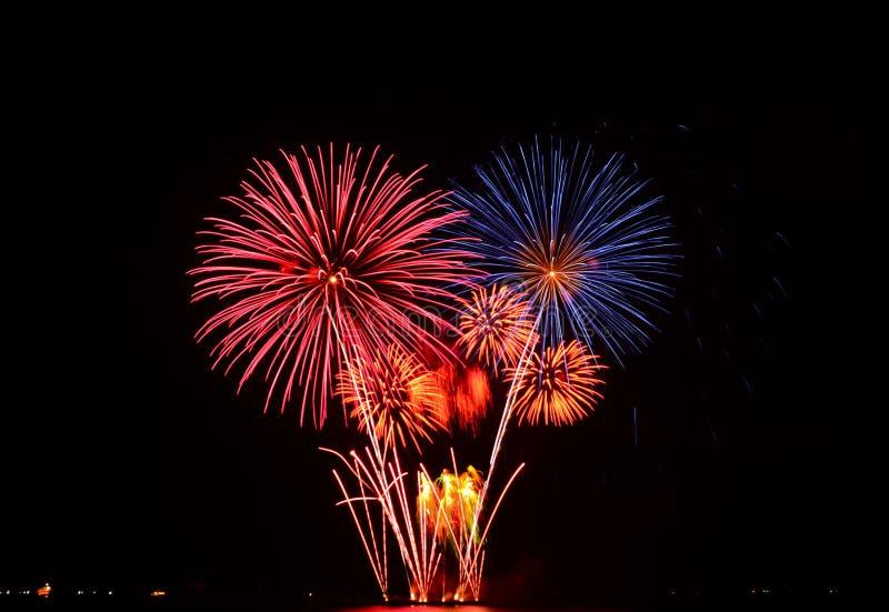 Exhibición colorida de los fuegos artificiales foto de archivo