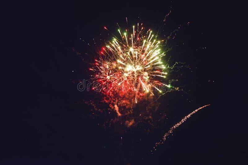 Exhibición colorida hermosa del fuego artificial por Feliz Año Nuevo de la celebración y Feliz Navidad imagenes de archivo