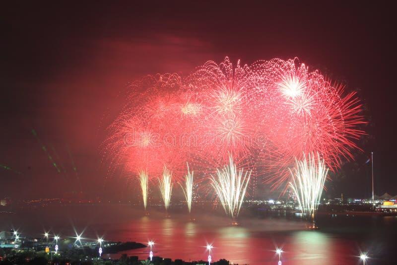 Exhibición costera roja y blanca del fuego artificial imagen de archivo