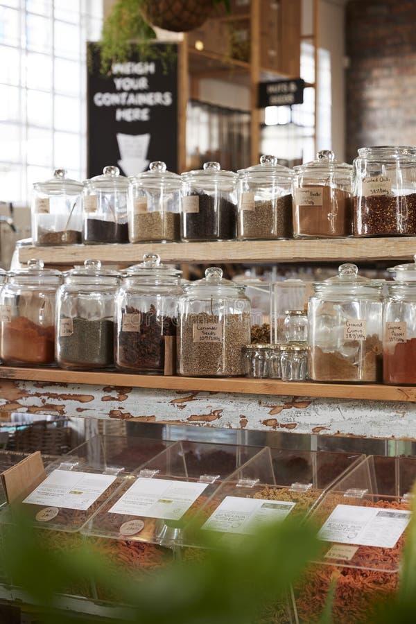 Exhibición de especias en colmado libre del envase de plástico sostenible fotografía de archivo