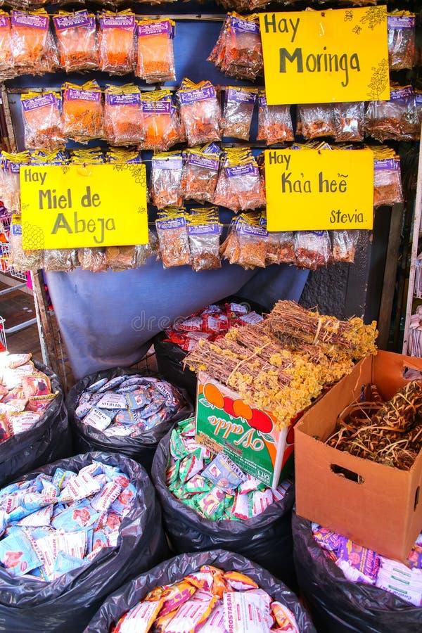 Exhibición de hierbas en Mercado Cuatro en Asuncion, Paraguay foto de archivo libre de regalías