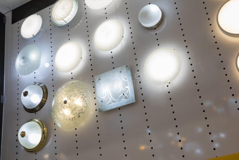 Exhibición de lámparas en escena de la noche fotografía de archivo