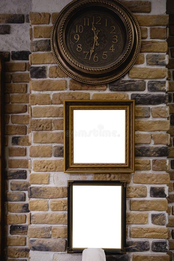 Exhibición de la caja de luz con el espacio en blanco blanco para el anuncio - barbería interior en una pared de ladrillo amarill imagen de archivo libre de regalías