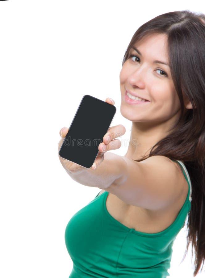 Exhibición de la demostración de la mujer de su teléfono celular móvil del nuevo tacto fotos de archivo libres de regalías