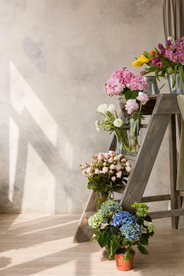 Exhibición de la floristería con los ramos fotografía de archivo libre de regalías